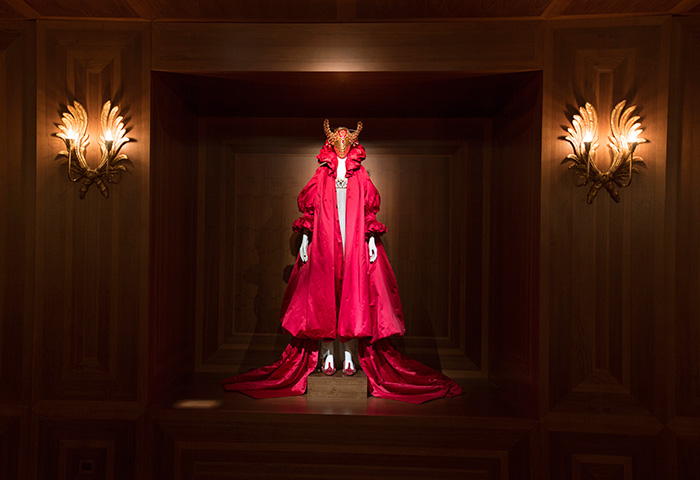 alexander-mcqueen-savage-beauty-preview-va-museum-london-ftape-09