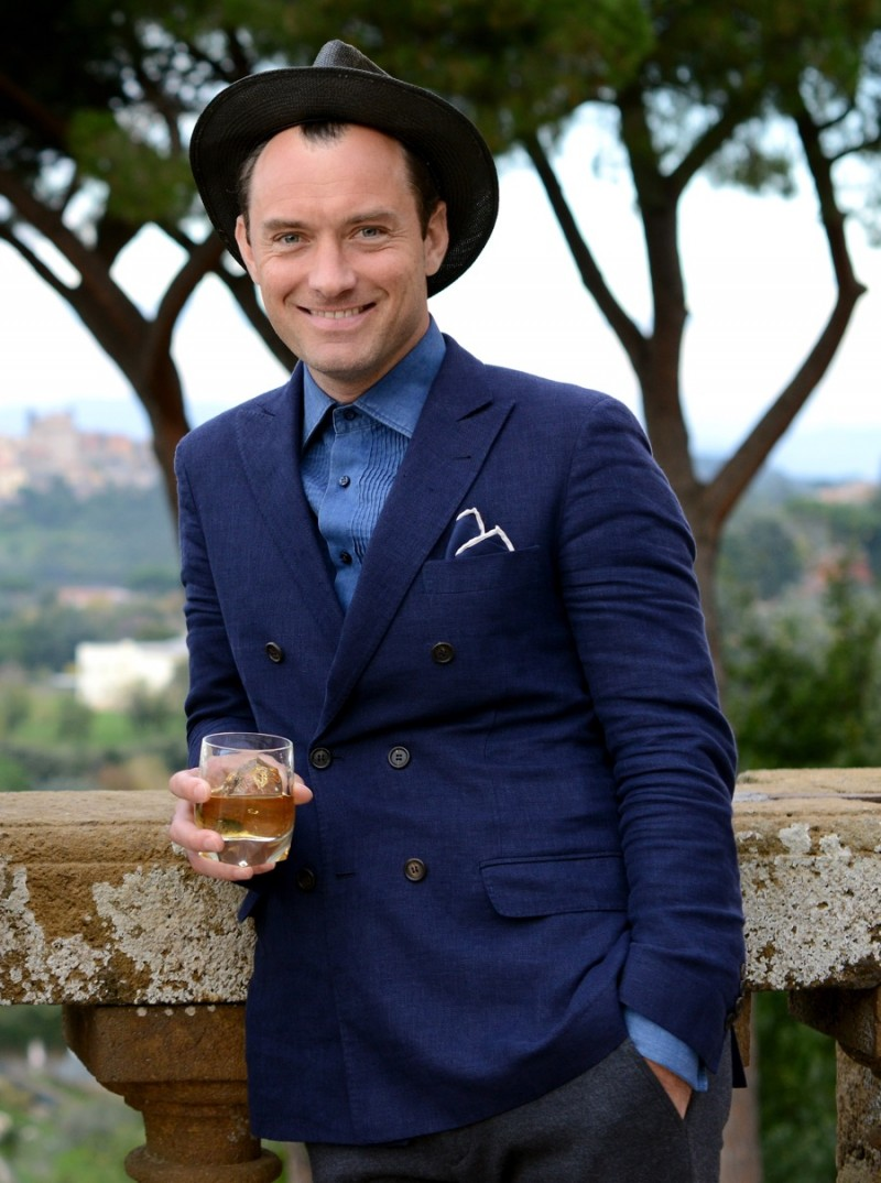 Jude-Law-2015-Photocall-Johnnie-Walker-Blue-Label-Gentlemens-Wager-001-800x1074